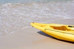 在海滩的黄色皮船 免版税图库摄影