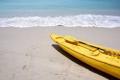 在海滩的黄色皮船 库存图片