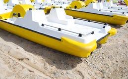 在海滩的黄色pedalo 库存图片