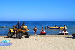 在海滩的活跃休闲在Kulikovo,加里宁格勒地区 免版税库存图片