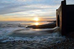 在海滩的暴雨水出水口在诺曼底人咆哮,东萨塞克斯郡英国 免版税库存图片