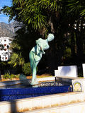 水在海滩的滑雪者雕象在马尔韦利亚Spaint在马尔韦利亚时髦的镇太阳海岸的西班牙 库存图片