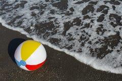 在海滩的Beachball 免版税库存图片