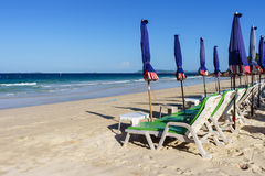 在海滩的Deckchairs在酸值Larn 库存图片