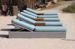 在海滩的Deckchairs 库存照片