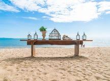 在海滩的dinning的桌 库存图片