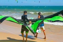 在海滩的Kitesurfers 免版税库存图片