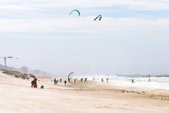 在海滩的Kitsurfers 免版税库存图片