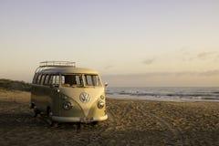 在海滩的Kombi搬运车 免版税图库摄影