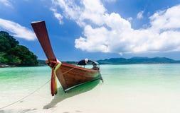 在海滩的Longtail小船 免版税库存照片