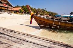 在海滩的Longtail小船 图库摄影