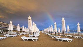 在海滩的MAMMATUS在风暴以后 库存照片