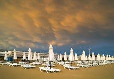 在海滩的MAMMATUS在风暴以后 免版税库存图片
