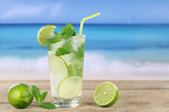 在海滩的Mojito鸡尾酒 免版税图库摄影
