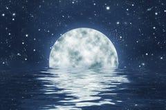 在海洋的Moonset有在蓝色夜空的满月的 免版税图库摄影