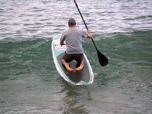 在海滩的Paddleboarding 免版税库存图片