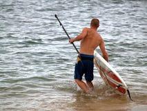 在海滩的Paddleboarding 库存照片
