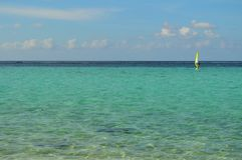 在海洋的Sailboarder 免版税库存图片
