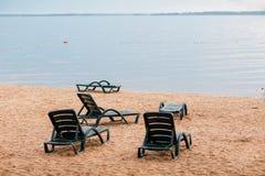 在海滩的Sunbed在雨以后 主要多云 库存图片