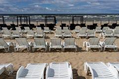 在海滩的Sunbeds在波罗的海 免版税库存照片