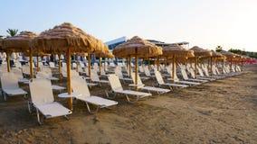 在海滩的Sunbeds 海岛度假村 免版税库存照片