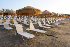 在海滩的Sunbeds 海岛度假村 库存照片