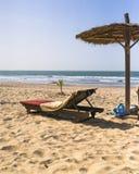 在海滩的Sunbeds 免版税库存照片