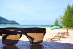 在海滩的Sunglass 免版税库存照片