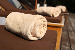 在海滩睡椅的毛巾 免版税库存照片