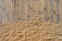 在海滩睡着的半履带式车辆的金黄沙子 免版税库存图片