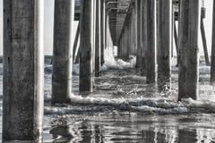 在海洋码头下的黑白反射 库存图片