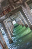 在海滩码头下 库存图片