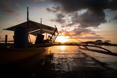 在海洋码头的日落有小船的 库存图片