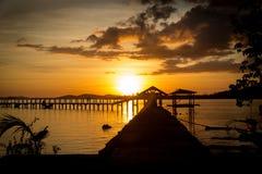 在海洋码头的日落 免版税库存图片