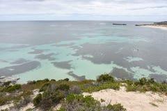 在海洋礁石的峭壁视图 免版税库存图片