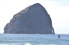 在海洋站立桨搭乘在俄勒冈 库存照片