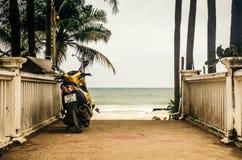 在海洋背景停放的摩托车  库存图片