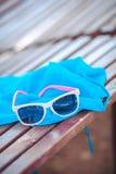 在海滩背景的太阳镜 免版税库存图片