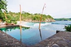 在海洋背景的室外游泳池  免版税库存照片