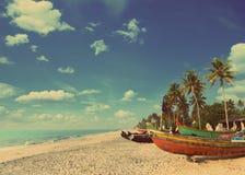 在海滩-葡萄酒减速火箭的样式的老渔船 免版税库存照片