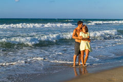 在海滩装的有吸引力的年轻夫妇在海滩 库存照片