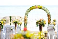 在海滩设定的婚礼 库存照片