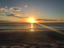 在海滩设置的太阳 免版税库存照片