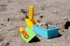 在海滩设置的锹 免版税库存照片