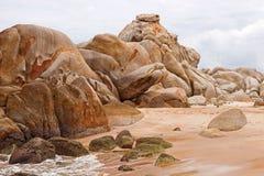 在海滩越南的巨大的石头 库存图片