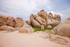 在海滩越南的巨大的石头 免版税库存照片