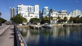 在海滩运河附近的步行 库存图片