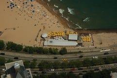 在海滩酒吧的黄色伞 免版税库存照片