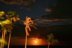 在海洋长的曝光的满月上升 免版税库存照片