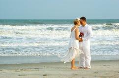 在海洋附近最近婚姻 库存照片